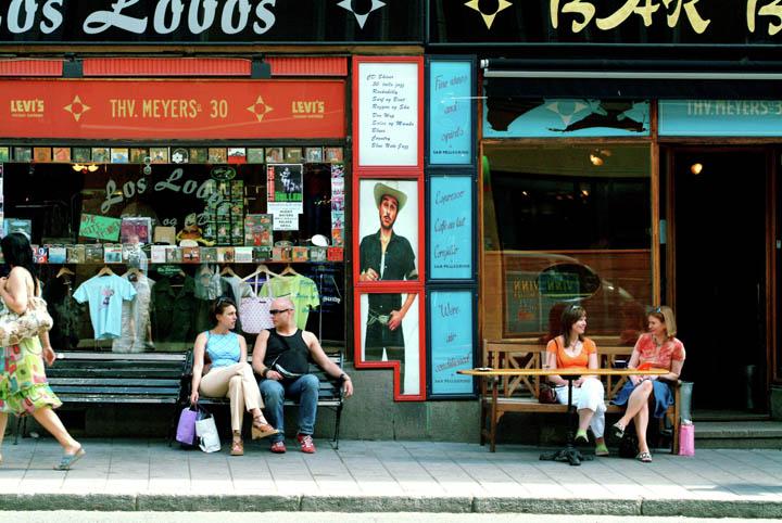 gente joven en un bar en grunerlokka, el barrio hipster de Oslo