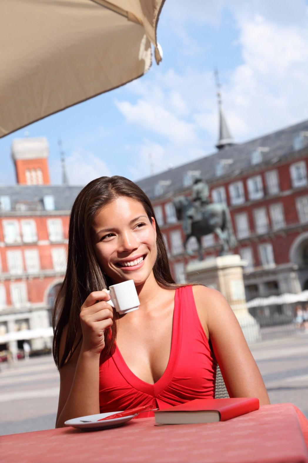 Mujer tomando café en la Plaza Mayor de Madrid