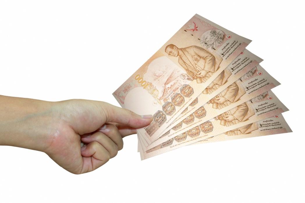 dinero tailandés salida
