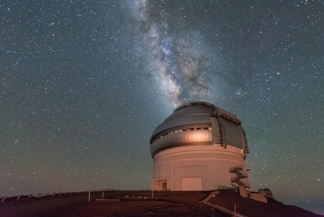 telescopio y via láctea en mauna kea hawai