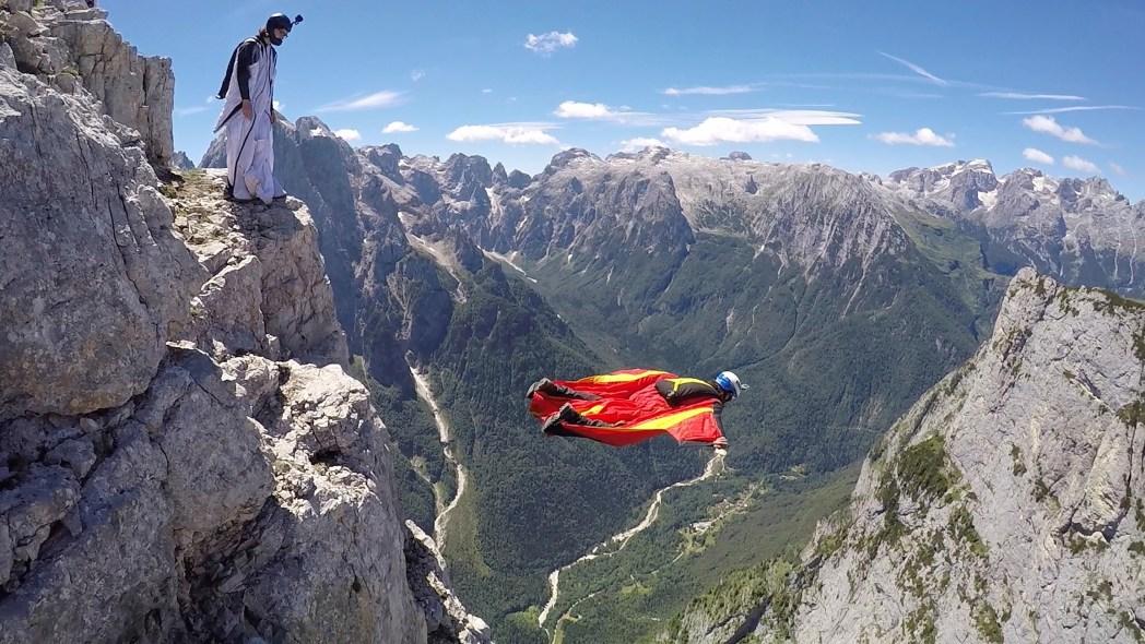 hombre pájaro saltando de montaña
